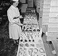 Koks in een productie keuken bereiden grote hoeveelheden smørrebrød, Bestanddeelnr 252-9043.jpg