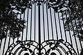 Kozłówka, ogrodzenie z bramami (07).jpg