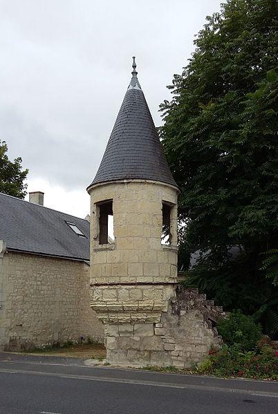 Nommée localement «la Tourette», il s'agit d'un colombier appartenant autrefois au château de Vélors. Il se trouve à l'entrée de Beaumont-en-Véron.