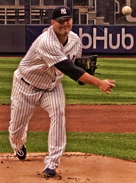 Lance Lynn pitching for the New York Yankees in 2018 (Cropped).jpg