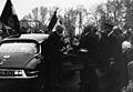 Le Général de Gaulle est accueilli par Claude Guyot à Arnay-le-Duc le 18 avril 1959.jpg
