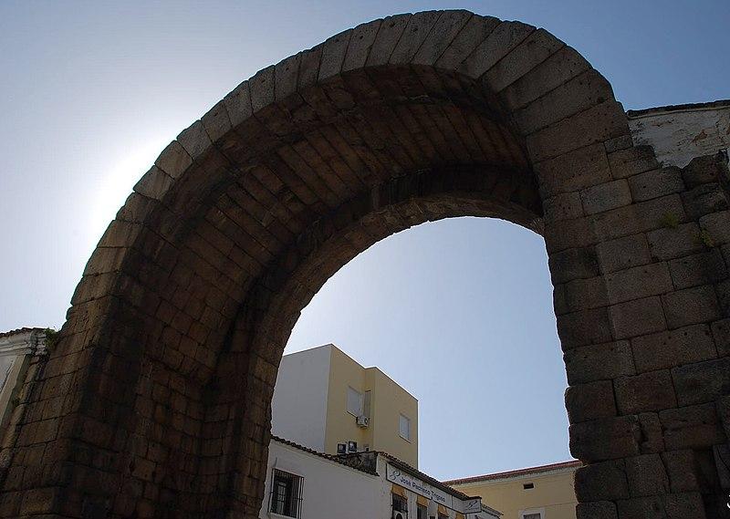File:Mérida - Arco de Trajano - DSC 2231 W.jpg
