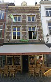 foto van Huis met gevel, in de trant der zgn. Maaslandse renaissance, eindigend in een hoofdgestel met consoles.