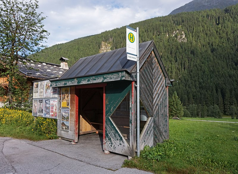 File:Madseit - bus stop.jpg