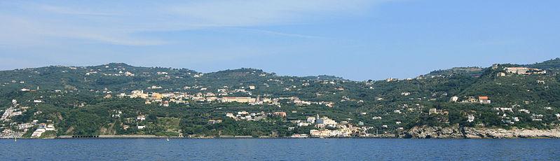 File:Massa Lubrense from sea.jpg