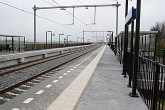 Boven Hardinxveld railway station - The two platforms and the double track.