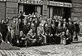 Miembros de la sociedad Donosti Berri posando frente al domicilio social (1 de 1) - Fondo Car-Kutxa Fototeka.jpg