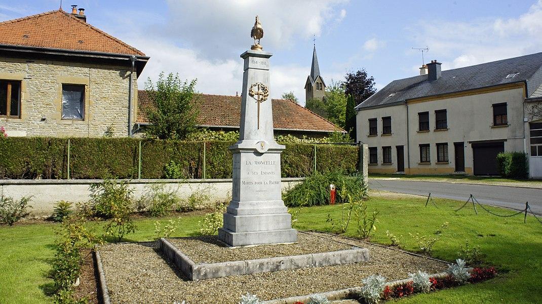 Monument aux morts et en arrière plan l'église.