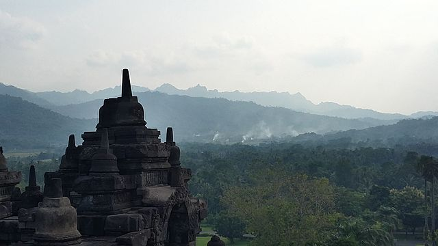 640px-Mountains_in_Magelang_seen_from_Borobudur_Temple.jpg
