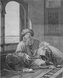 Un uomo con la folta barba e il turbante si adagia sul fianco destro su un tappeto, con il gomito e la schiena appoggiati su un cuscino, accanto a una finestra ad arco aperta.  La sua mano destra tiene una frusta;  davanti a lui sul pavimento c'è una spada nel fodero.