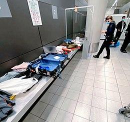 Un funzionario della dogana all'aeroporto di Amsterdam Schiphol controlla i bagagli di un viaggiatore in arrivo.