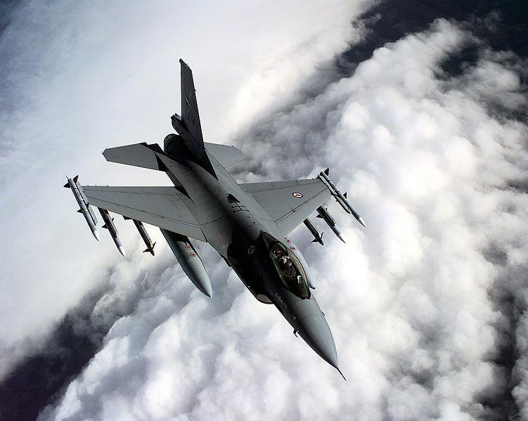 Fichier:Norwegian F16A over Balkans.jpg