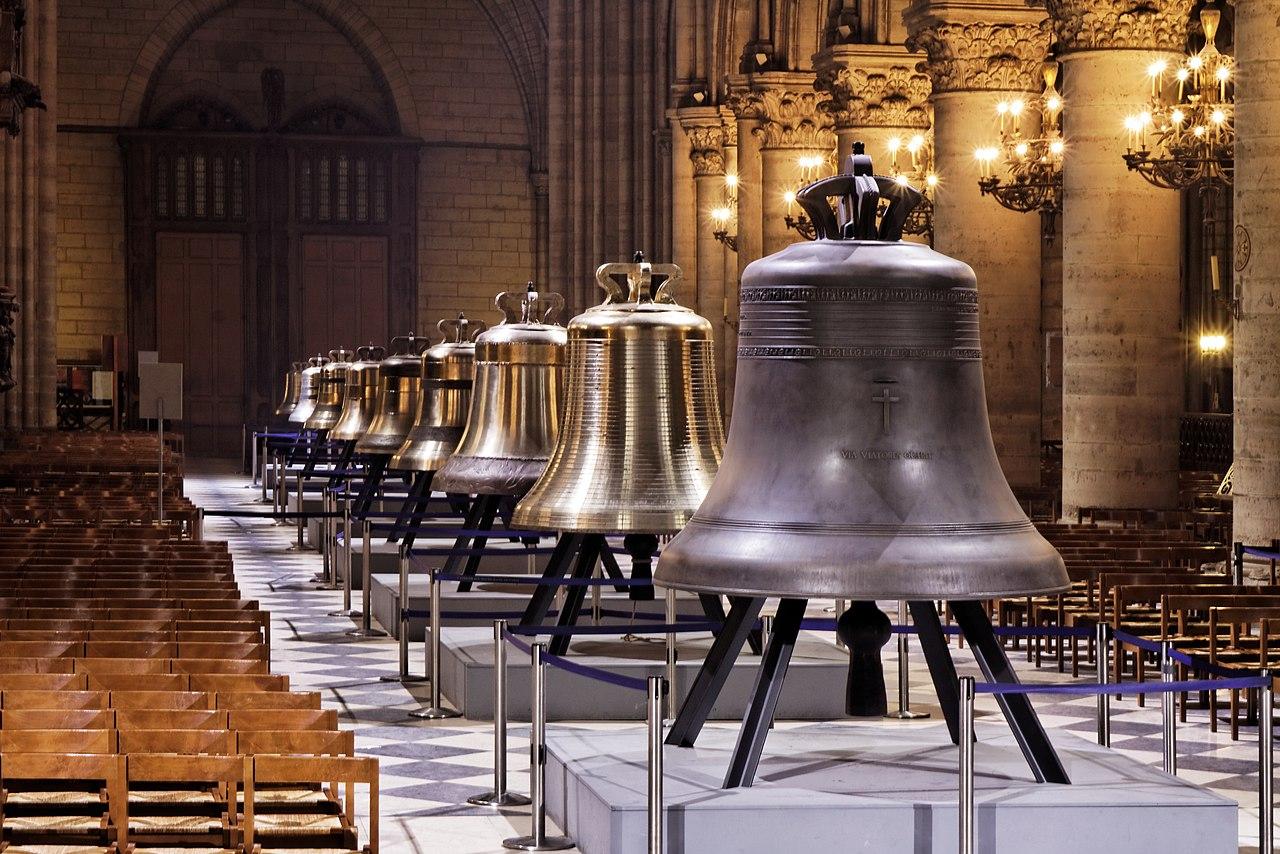 Plusieurs cloches de la cathédrales exposées dans Notre-Dame