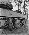 Oorlogsmuseum bij Overloon. Jongens bij tank, Bestanddeelnr 901-0501.jpg