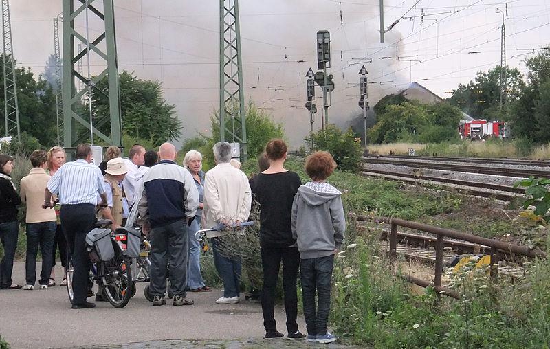 Datei:Osthofen- Brand der alten Raiffeisen-Halle an der Bahnstrecke Mainz–Ludwigshafen 24.7.2011.jpg