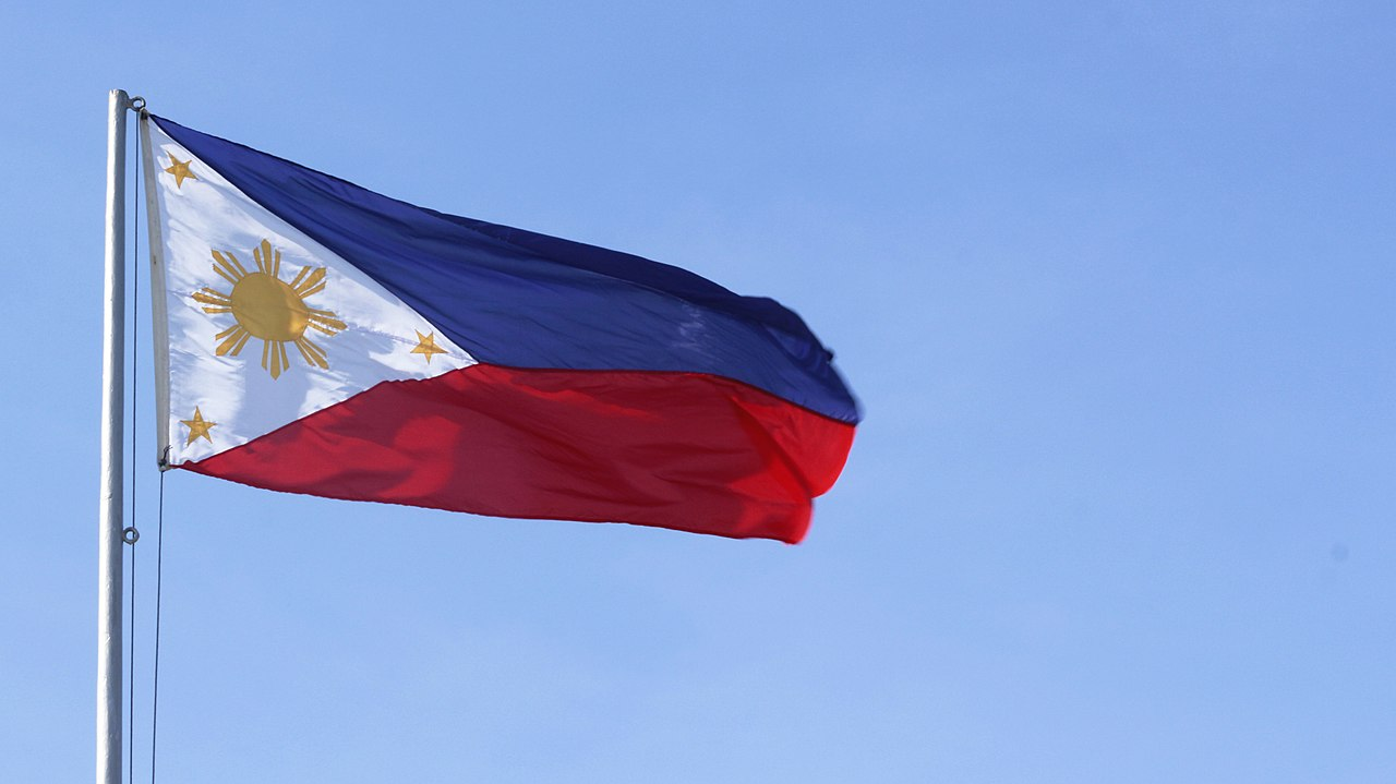 File:PHILIPPINE FLAG WITH SKY BACKGROUND.jpg - Wikimedia Commons