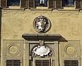 Palazzo medici riccardi, facciata interna sul giardino 02 stemma riccardi.JPG