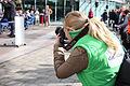 Pers bij koningsdag Spijkenisse 2015 blonde fotografe.jpg