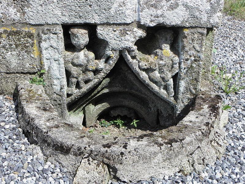 Chapelle Notre-Dame-des-Fleurs en Plouay (56). Sommet de niche en réemploi, à l'angle sud-est du chevet.