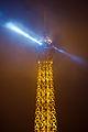 Pointe de la Tour Eiffel vue depuis la place Charles-De-Gaulle à Paris, 14 déc 2013.jpg