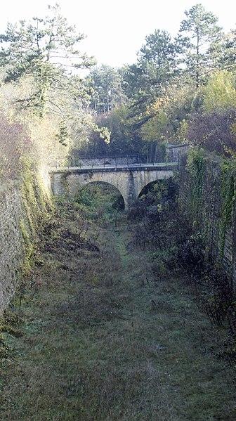 Entrée du fort de Montbré, la tranché et le pont vers la porte.