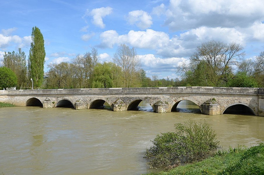 Pont de Pacy sur Armençon sur la rivière Armençon, Yonne, France. Vue vers l'aval.