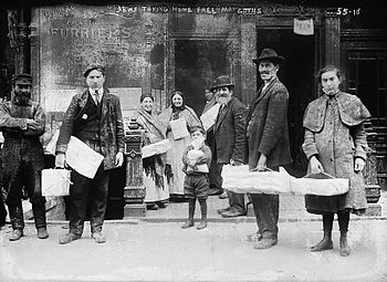 Poor Jews taking home free matzohs, New York
