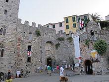 La porta e le mura del centro storico