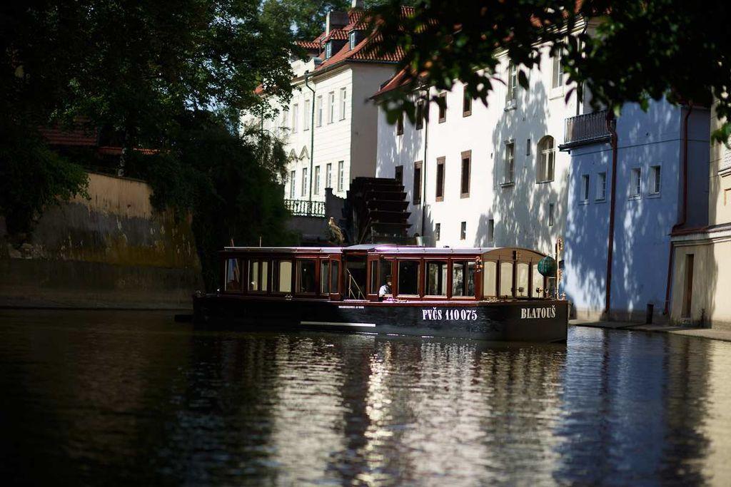Bateau sur un canal de Mala Strana à Prague - Photo de EV public relations