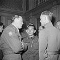 Prins Bernhard in gesprek met gedecoreerden, Bestanddeelnr 255-7697.jpg