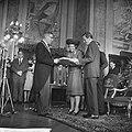 Prinses Beatrix en Claus bezoeken Rotterdam, verloofde paar in stadhuis, Bestanddeelnr 917-9502.jpg