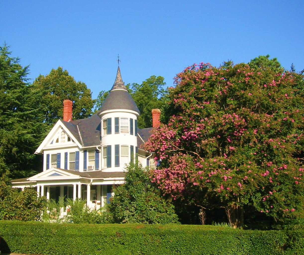 File queen anne victorian huge crepe myrtle panoramio for Queen anne victorian