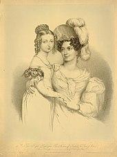 Gravură monocromă reprezentând ducesa Kentului așezată, purtând o pălărie elegantă cu pene și fiica ei, viitoarea regină Victoria, care stă lângă ea.
