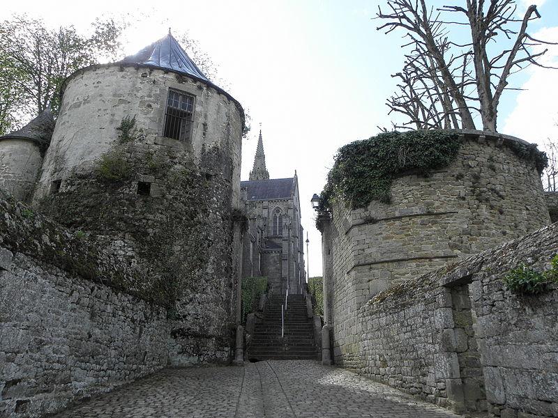 Porte Neuve et chevet de la Basilique N.D. de Délivrance de Quintin (22).