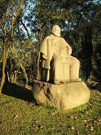 Rødkilde Højskole - Gunnar Hansen's statue of founder Frede Bojsen