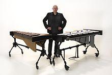 Rafael Lukjanik accanto a uno xilofono sulla sinistra ed un vibrafono sulla destra