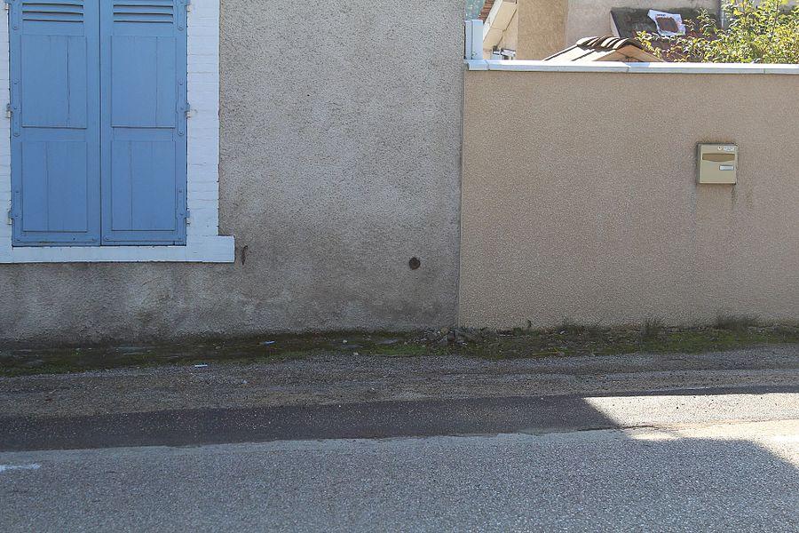 """Repère nivellement J'.D.M3 - 2 au lieu dit """"La Serve Gachet"""" à Saint-André-de-Bâgé le long de la route D1079."""