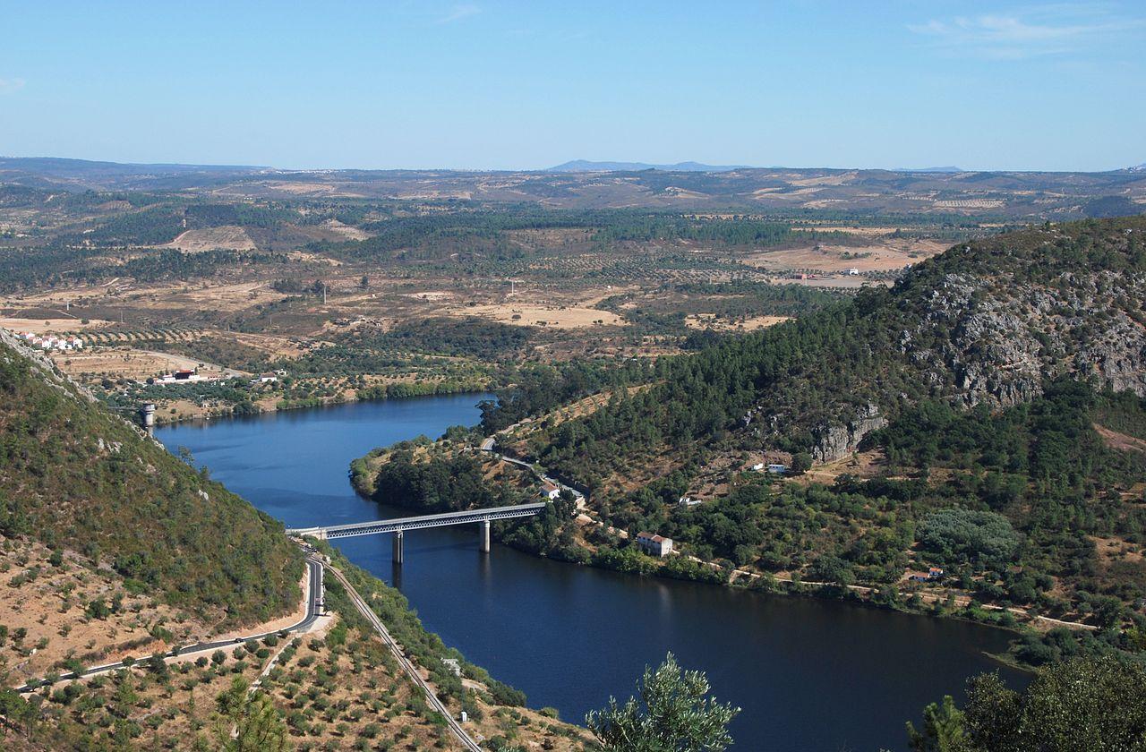 Le Tage près de Vila Velha de Ródão, faisant fonction de limite entre les districts portugais de Castelo Branco (à gauche) et de Portalegre (à droite).  (définition réelle 3818×2506)