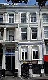 foto van Herenhuis met gepleisterde lijstgevel en stucversieringen