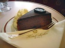La torta Sacher originale, così come servita presso l'Hotel Sacher di Vienna
