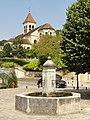 Saint-Prix (95), fontaine de la place aux Pèlerins et église Saint-Prix.JPG