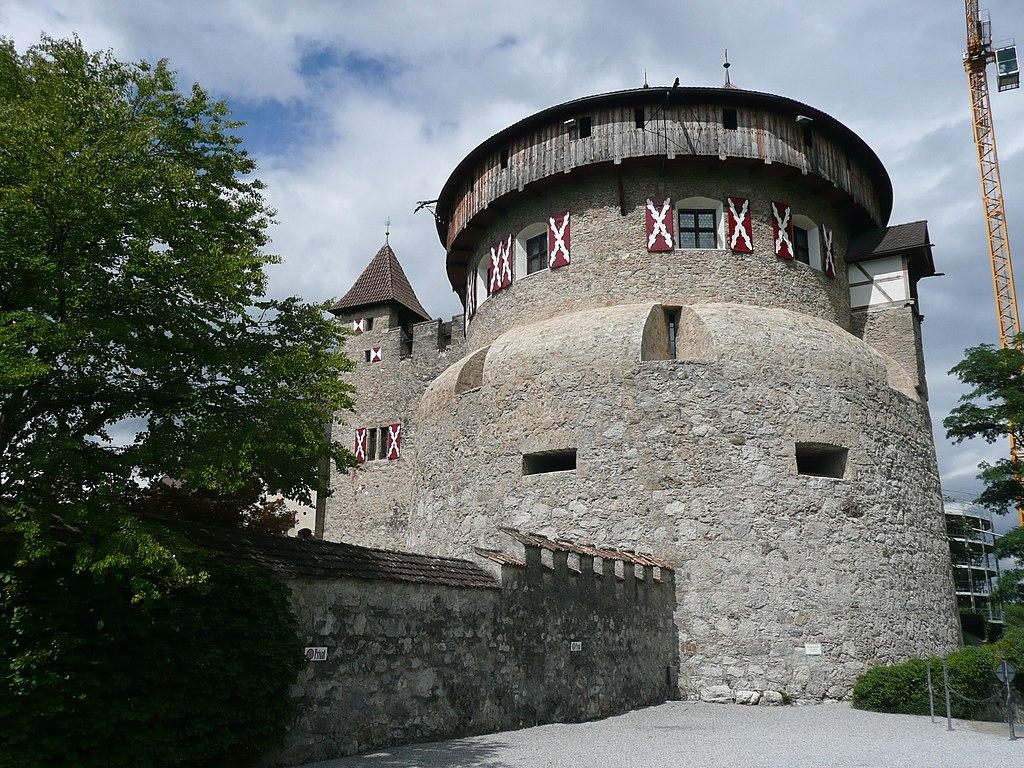 Schloss Vaduz, seit 1712 im Besitz der Fürsten von Liechtenstein - panoramio.jpg