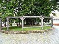 Sebbeterode-Gerichtsplatz im Südwesten der Kirche)-Gerichtslinde mit Holzstützenkranz und Steineinfassung von Ortsseite-26062013.JPG
