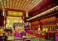 Singapore Buddha Tooth Relic Temple Innen Vordere Gebetshalle 07.jpg