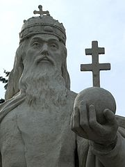 Szt. István alakja Esztergomban, a Széchenyi téri Szentháromság-szobron