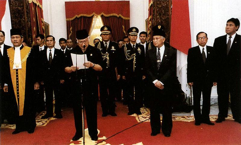Berkas:Suharto resigns.jpg