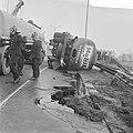 Tankauto van Mobil is gekanteld, hoek Middenweg, Gooiseweg bij Diemen te Amsterd, Bestanddeelnr 922-1448.jpg