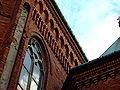 Tarnów, ulica Krakowska, kostel, detail okna a zdi.JPG