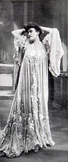 Tea-gown par Redfern 1905 cropped.jpg
