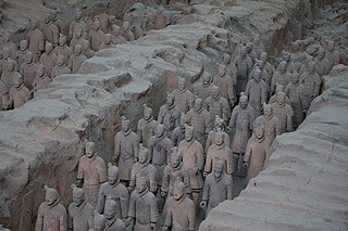 https://upload.wikimedia.org/wikipedia/commons/thumb/1/14/Terracotta_Army_Pit_1_-_2.jpg/320px-Terracotta_Army_Pit_1_-_2.jpg